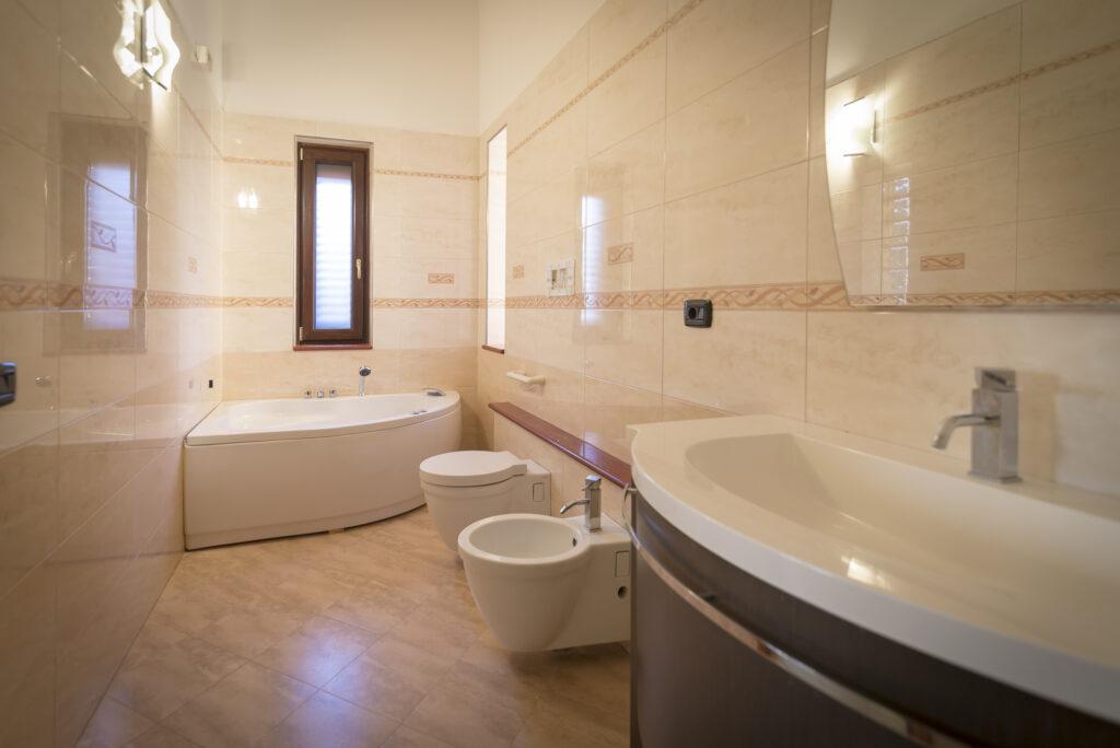bagno con vasca idromassaggio